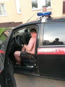 СК уволил сотрудника, разъезжавшего по Санкт-Петербургу в одних трусах на служебном авто