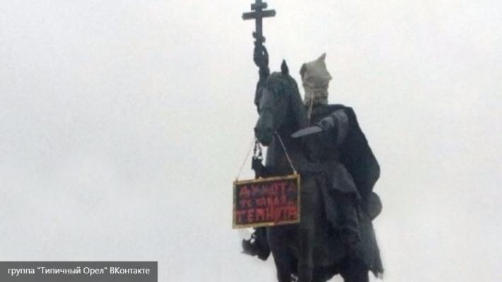 Полиция нашла человека, надевшего мешок на памятник Ивану Грозному