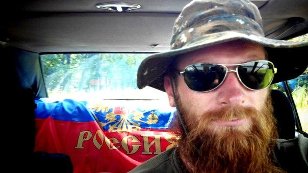 Синджелич на фоне флага России