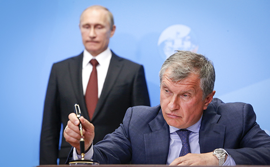 Russia's President Vladimir Putin (back) and Rosneft CEO Igor Sechin attend a signing ceremony at the St. Petersburg International Economic Forum 2014 (SPIEF 2014) in St. Petersburg May 24, 2014. REUTERS/Sergei Karpukhin (RUSSIA  - Tags: BUSINESS HEADSHOT POLITICS) - RTR3QMXZ