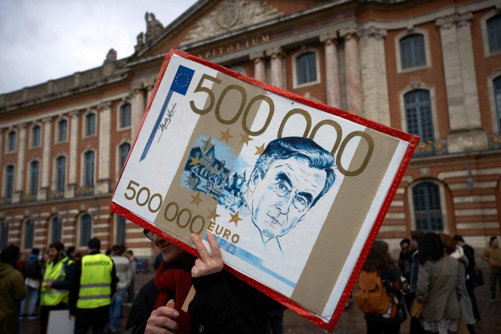 Плакат с изображением Франсуа Фийона на антикоррупционном митинге в Тулузе