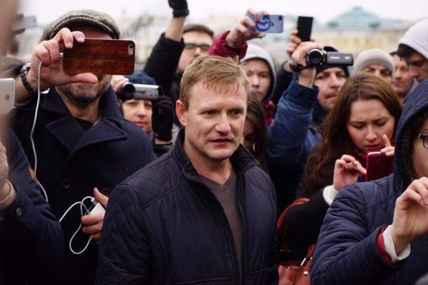 Провокатором, плеснувшим зеленкой в Навального, мог быть Петрунько из SERB