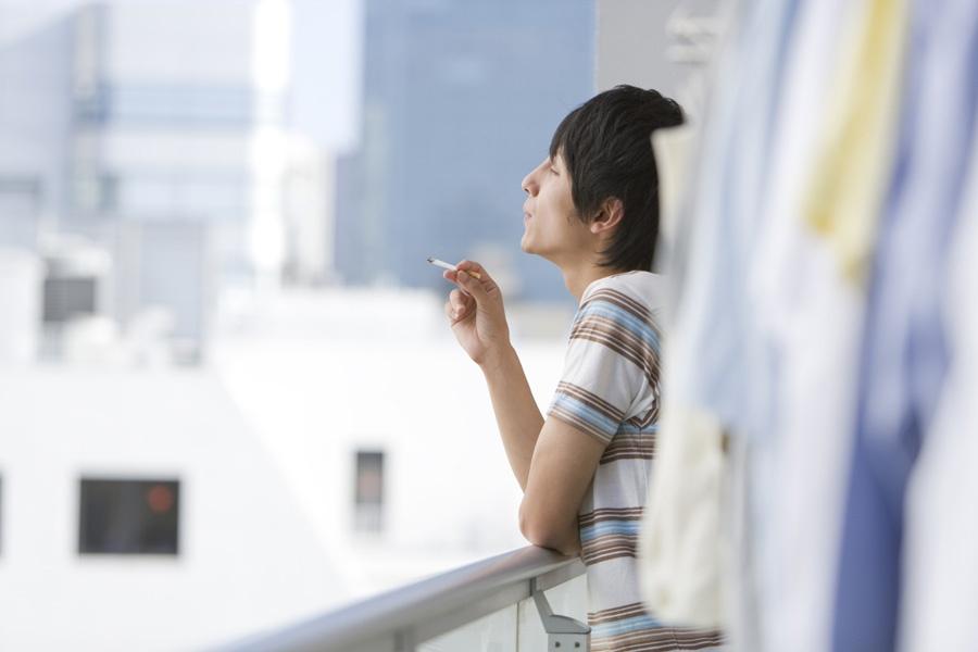 Курящие на балконе должны возмещать соседям моральный вред -.