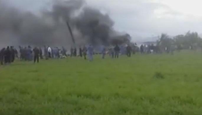 В Алжире разбился военный самолет с 200 людьми на борту