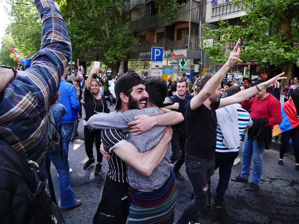 В Армении проходят народные гуляния в честь отставки премьера— фото и видео