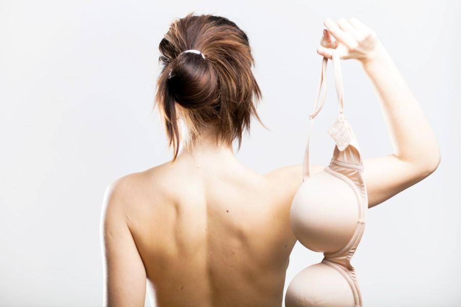 Глотают женскую заставили снять лифчик