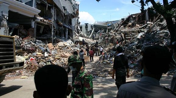 Число жертв землетрясения в Индонезии приблизилось к 400