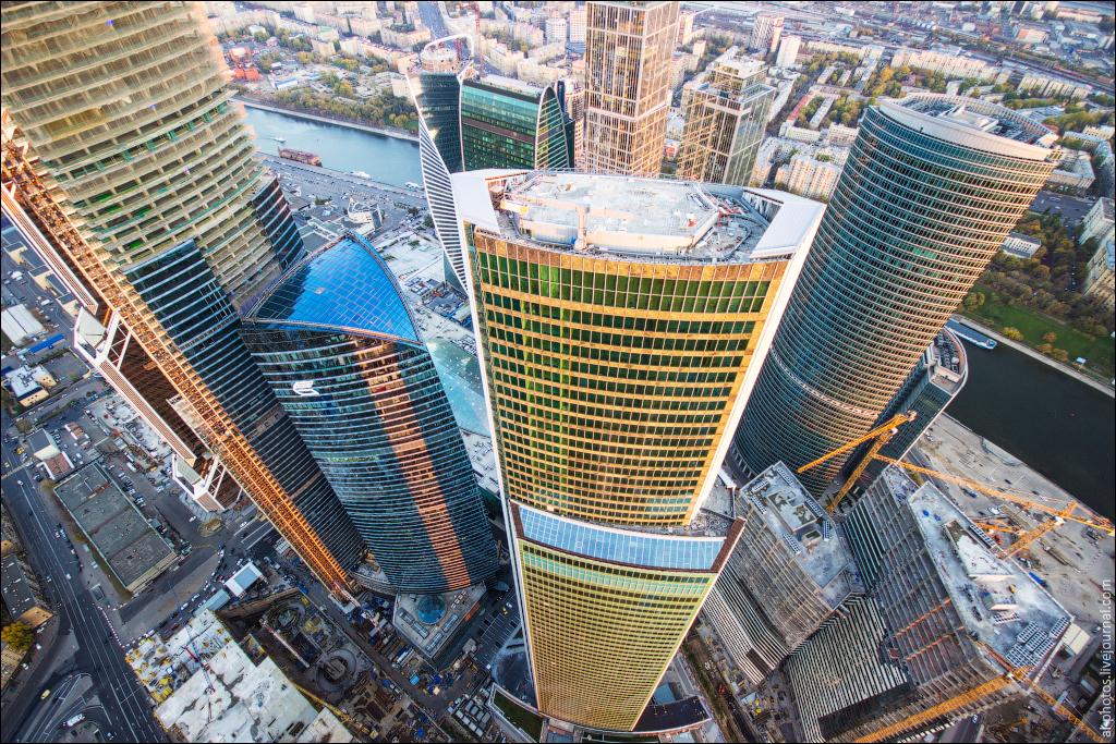 Мойщик окон сорвался с 30-го этажа башни «Око» в Москва-Сити