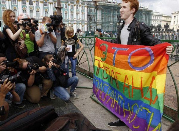 Суд оштрафовал ЛГБТ-активистов за одиночные пикеты на Дворцовой площади