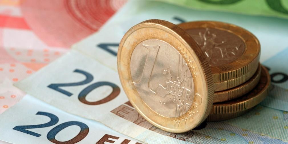 ЦБ поднял курс евро на 3 рубля