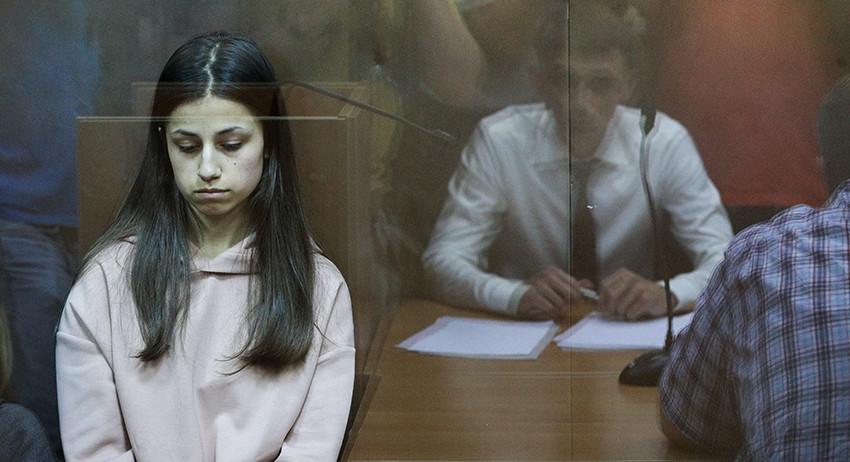 Сестры Хачатурян, арестованные за убийство отца, смогут окончить школу в колонии