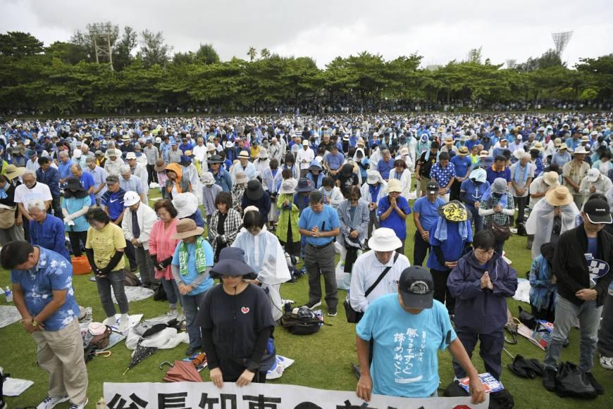 В Японии 70 тысяч человек протестуют против военной базы США