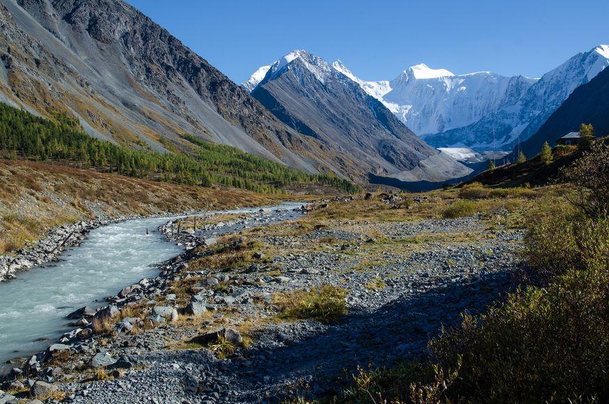 Туристы оказались заблокированы в горах Алтая. Спасатели не могут помочь из-за непогоды