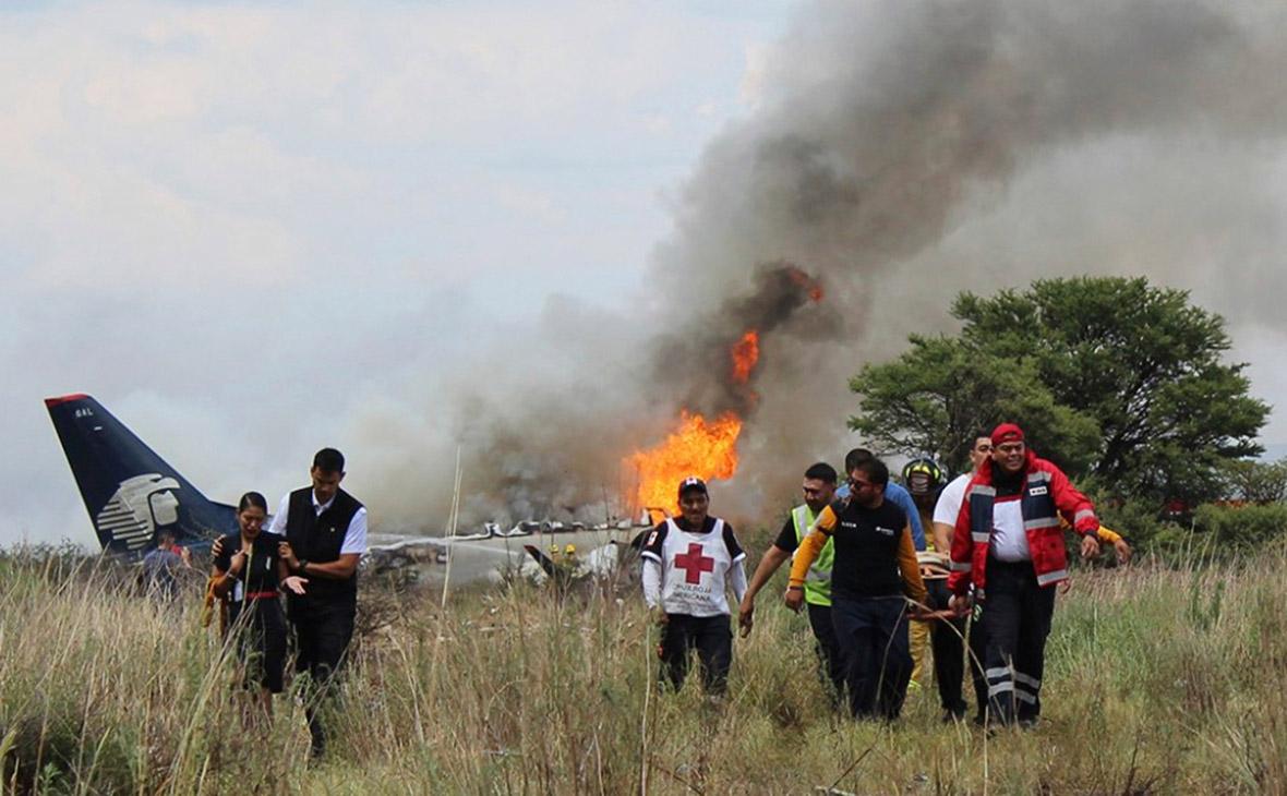 В Мексике разбился пассажирский самолет, на борту находились 103 человека. Они все выжили