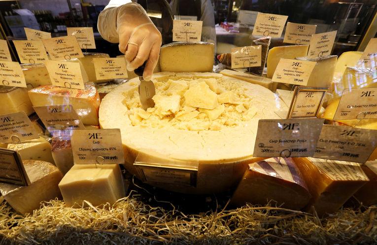 В Москве сожгли и уничтожили более 5 тонн санкционных сыров и колбасы