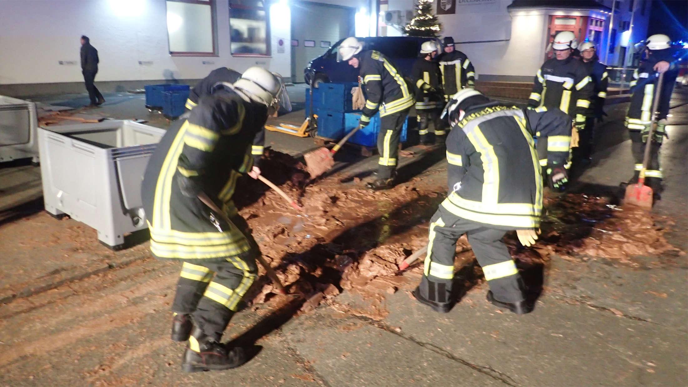 В Германии тонна молочного шоколада вытекла на улицу. С ним боролись 25 пожарных
