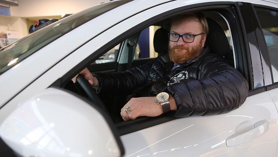 Милонов, обвинивший эвакуаторщиков его машины в бандитизме, ранее сам голосовал за закон о платной эвакуации