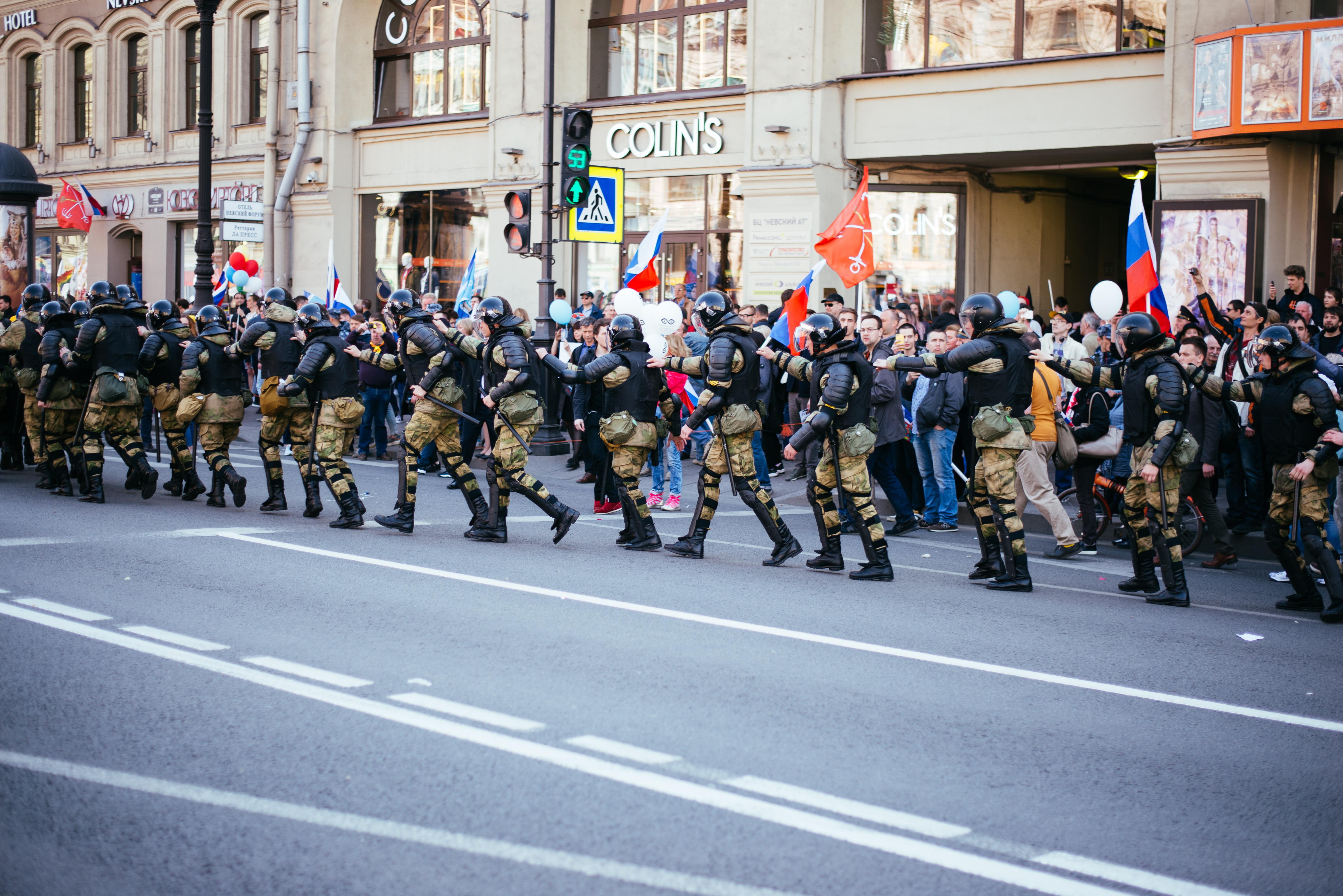 Росгвардия заявила, что ее бойцов не было на акции 1 мая в Петербурге. Фото свидетельствуют об обратном