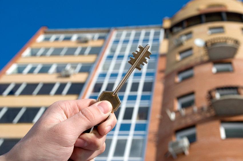 Сироты в регионах десятилетиями ждут бесплатное жилье, на которое имеют право — Счетная палата