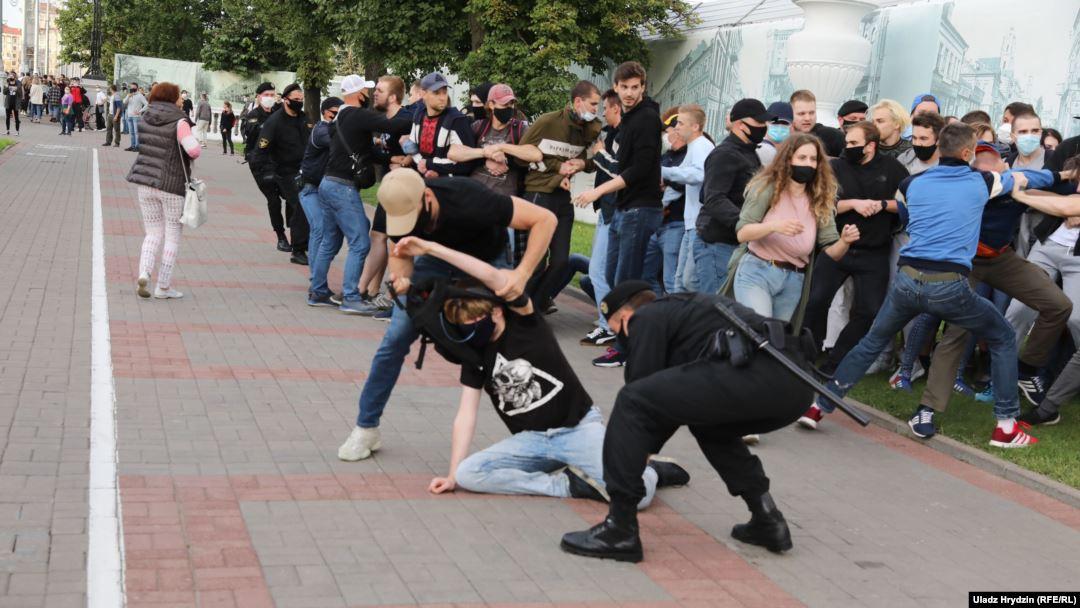 На акциях в поддержку незарегистрированных кандидатов в президенты в Белоруссии задержали не менее 80 человек